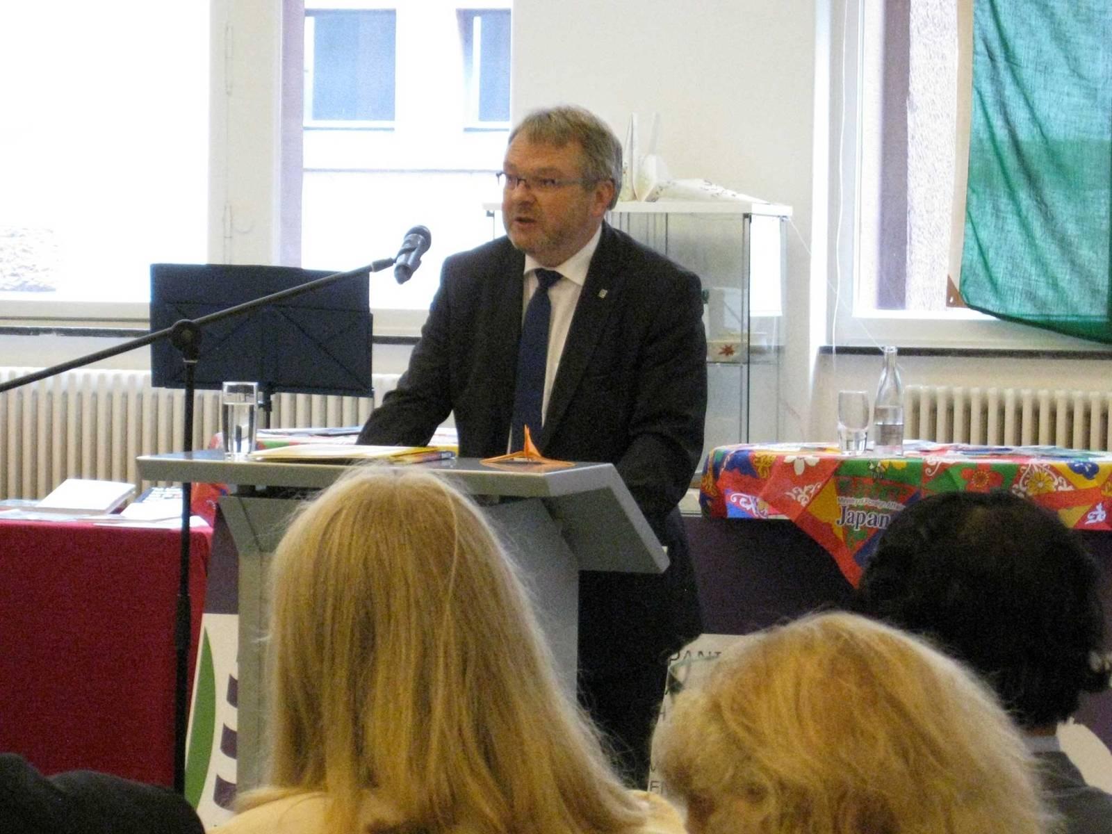 Bürgermeister Thomas Hermann am Redner-Pult