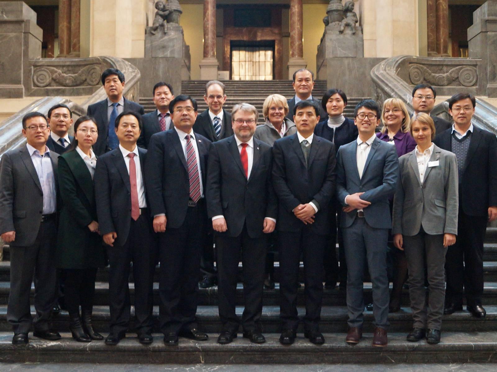 Die Delegation aus Shandong mit Bürgermeister Hermann und Mitarbeiterinen des Internationalen Büros auf der Treppe im Neuen Rathaus