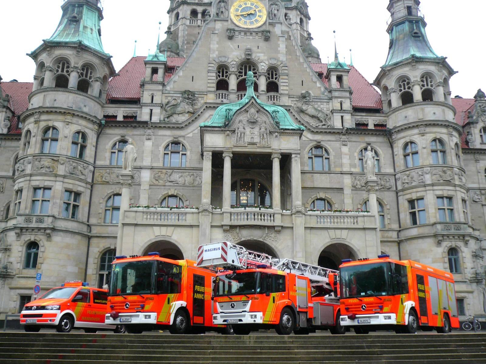 Vier Fahrzeuge der Feuerwehr vor dem Neuen Rathaus