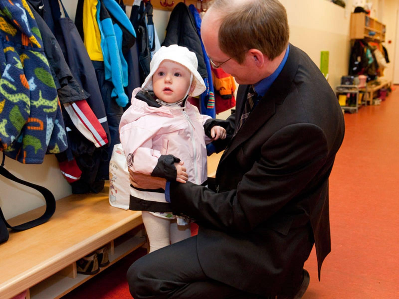 Vater und Tochter im Kindergarten