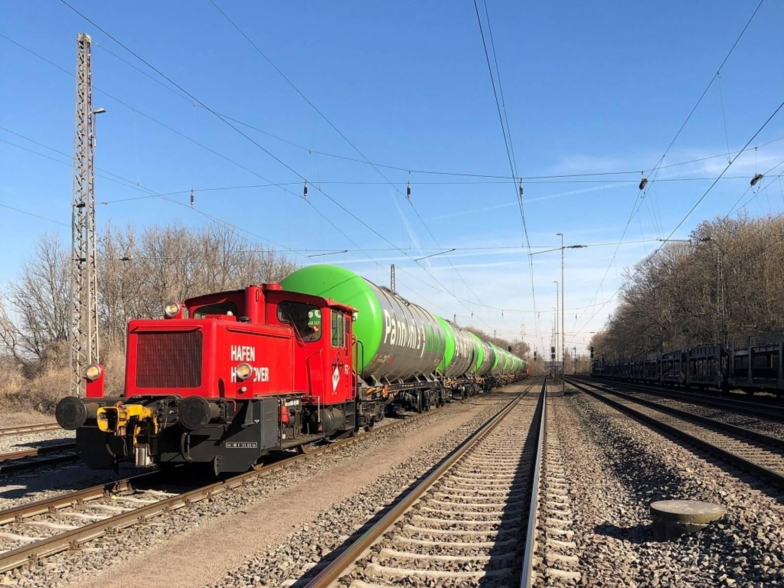 Güter mit Lok auf Gleis