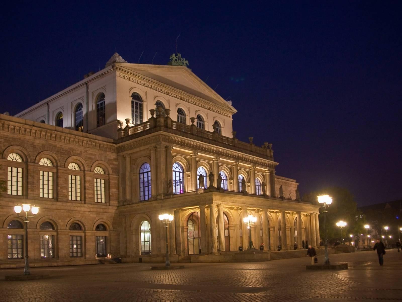 Beleuchtetes Opernhaus von außen.