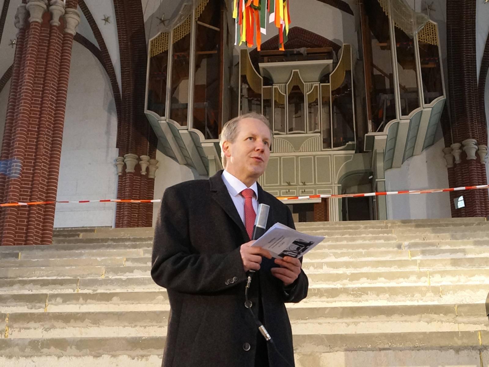 Ein Mann mit einem Mikrofon in einer Kirche.