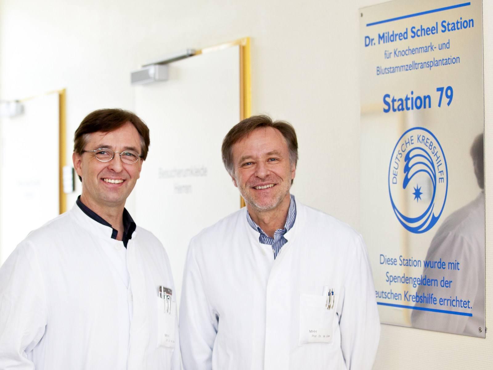 Zwei Ärzte vor dem Eingang einer Krankenhausstation.