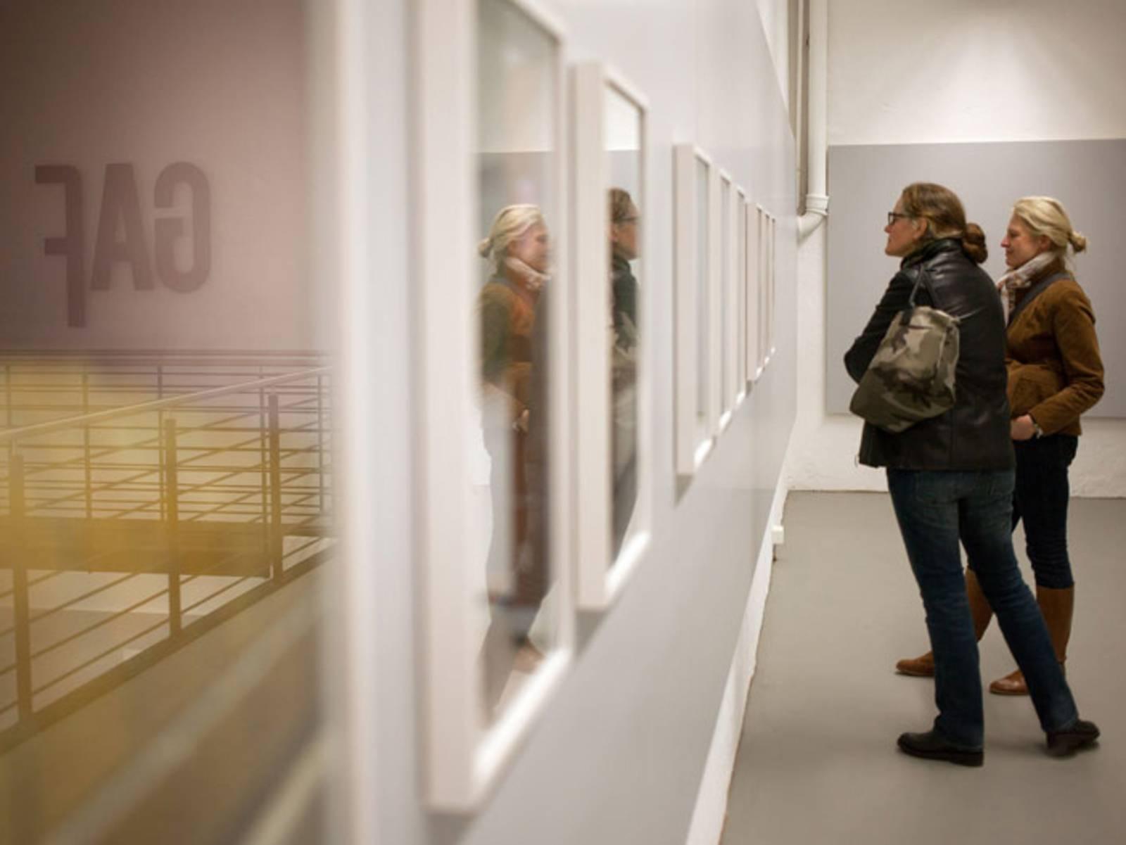 Zwei Frauen in einem Ausstellungsraum.