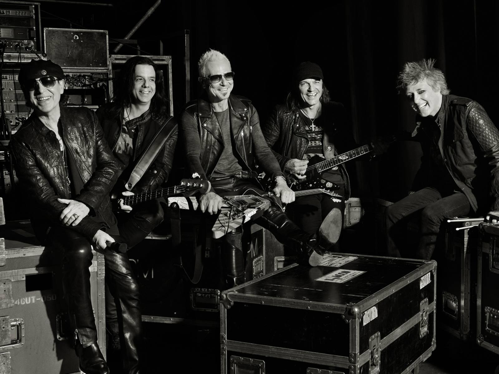 Fünf Männer mit Instrumenten.