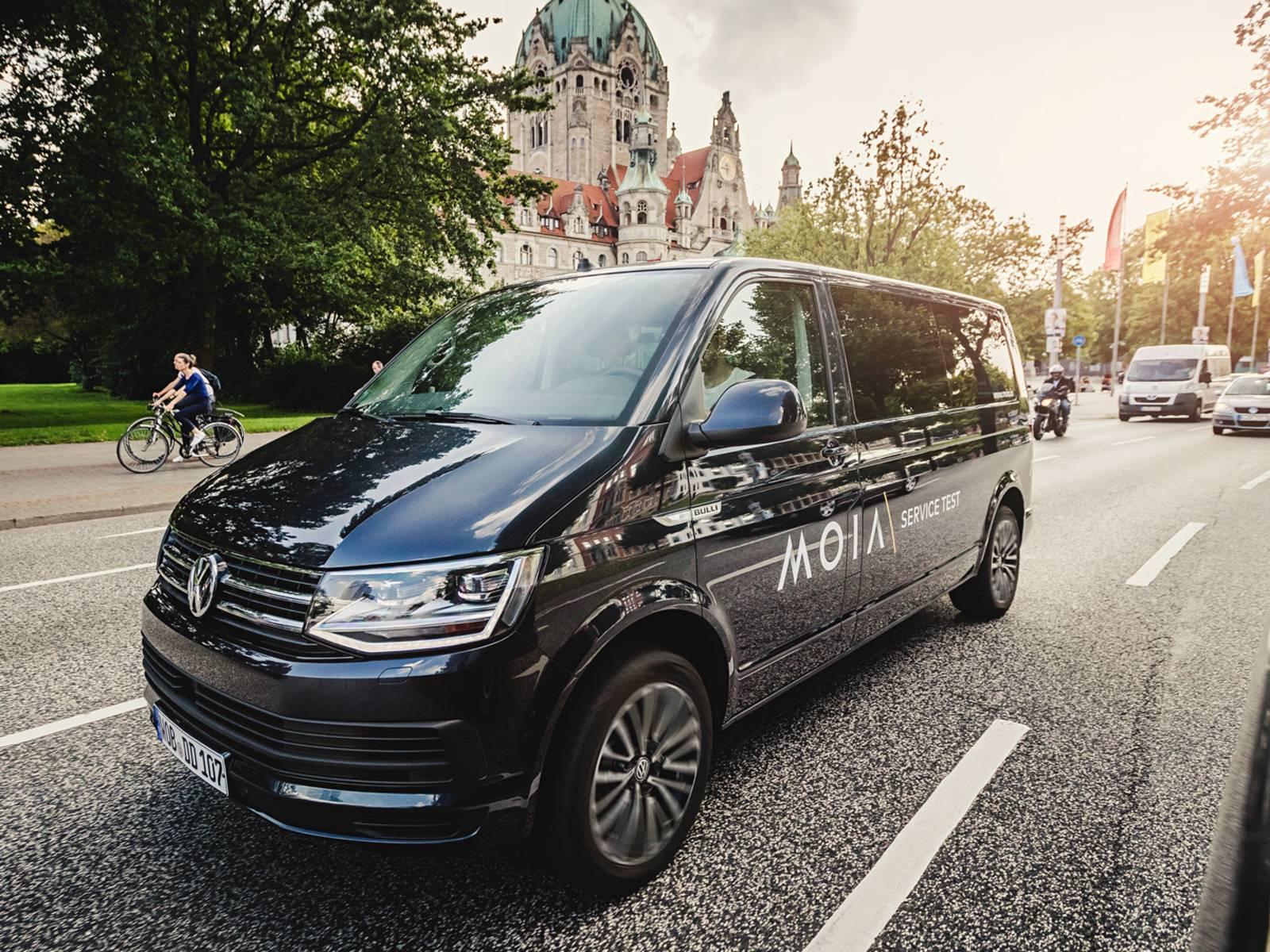 Ein schwarzer Van fährt vor dem Neuen Rathaus in Hannover.