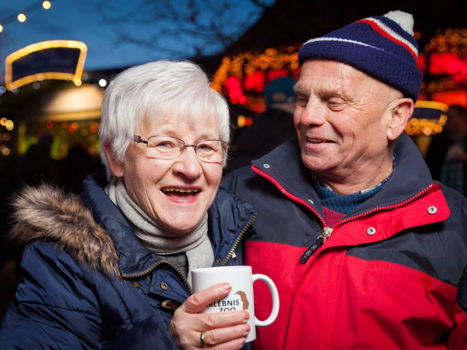 Zwei ältere Menschen mit einer Erlebnis-Zoo-Tasse.