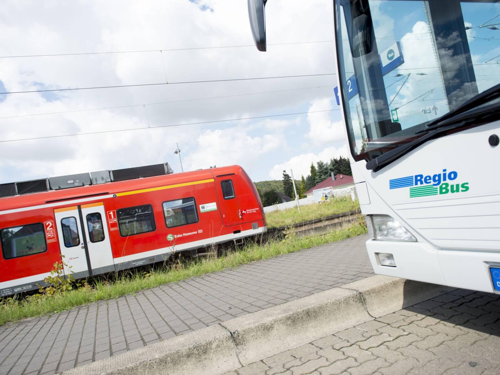 Stadtbahn und ein Bus