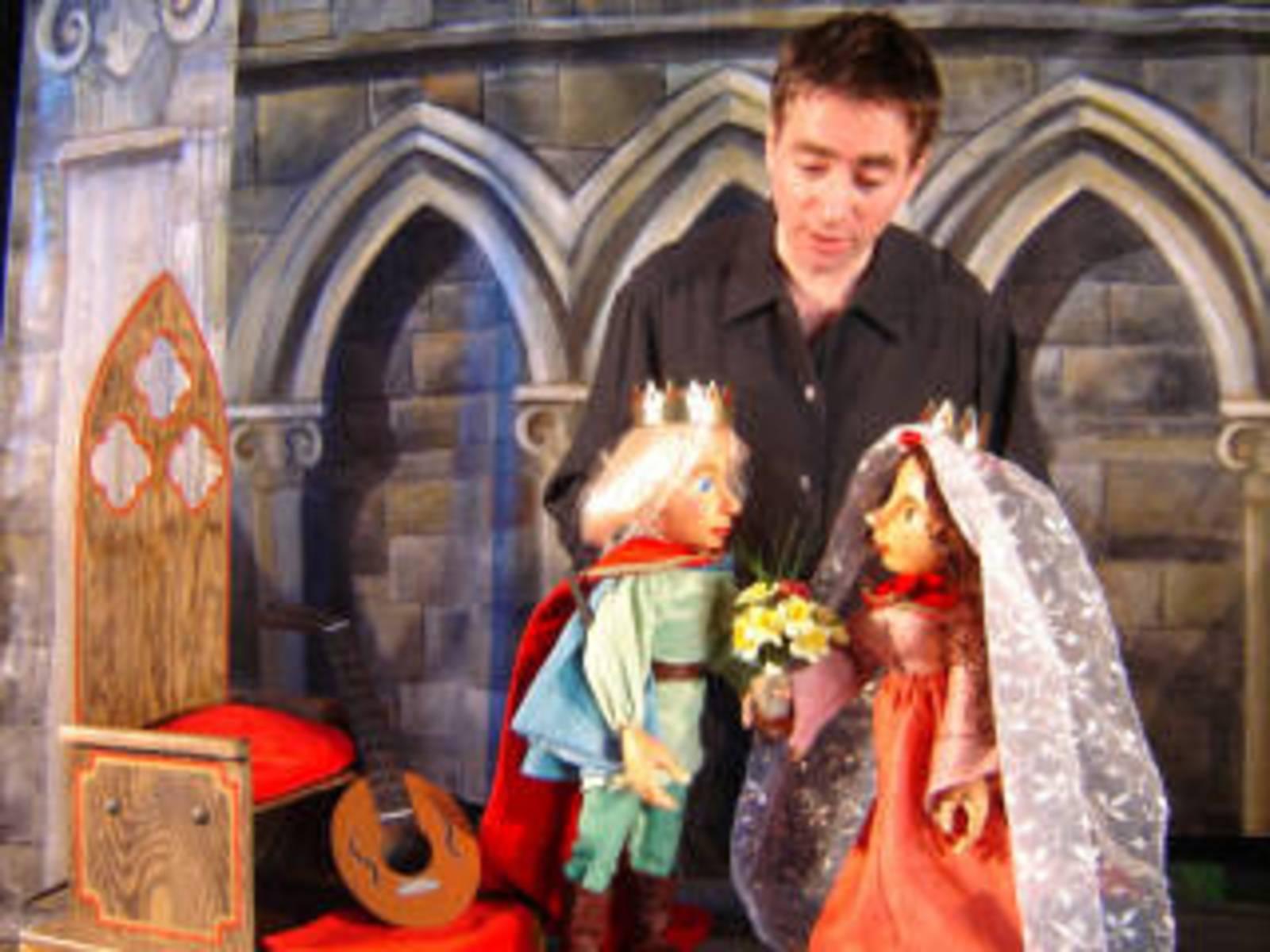 """Szene aus einen Theaterstück des Figurentheaters """"Die Roten Finger""""."""