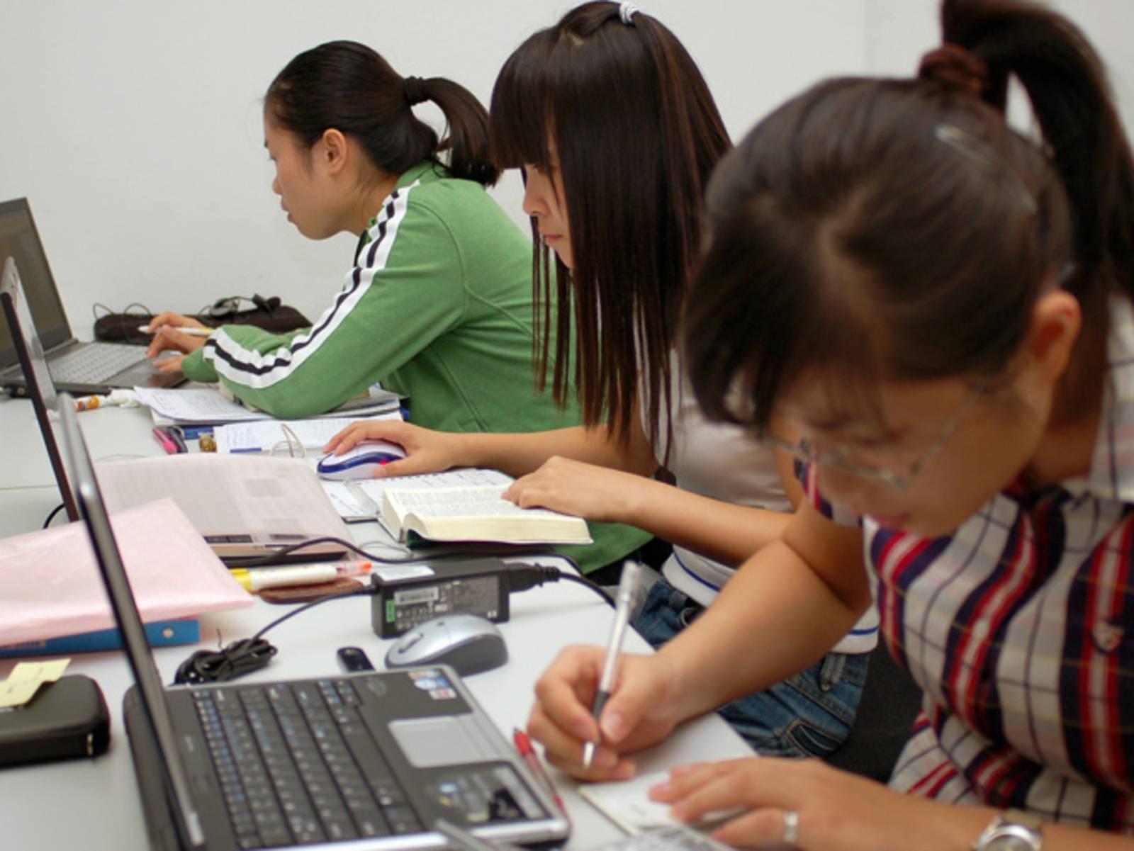 Drei Mädchen lernen