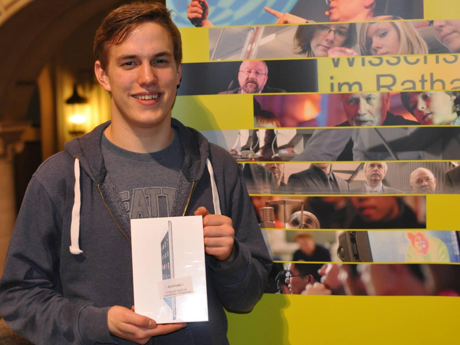 Ein junger Mann, der ein Paket in den Händen hält
