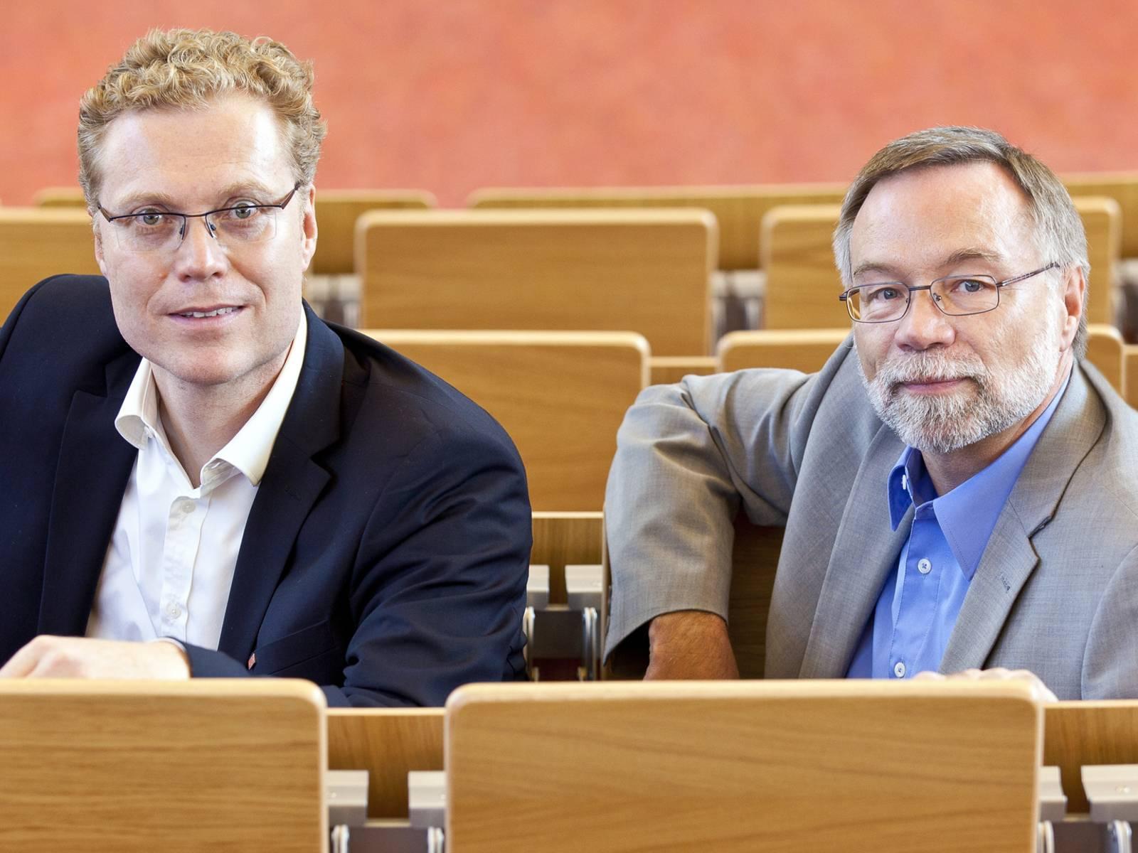 Zwei Männer in einem Hörsaal