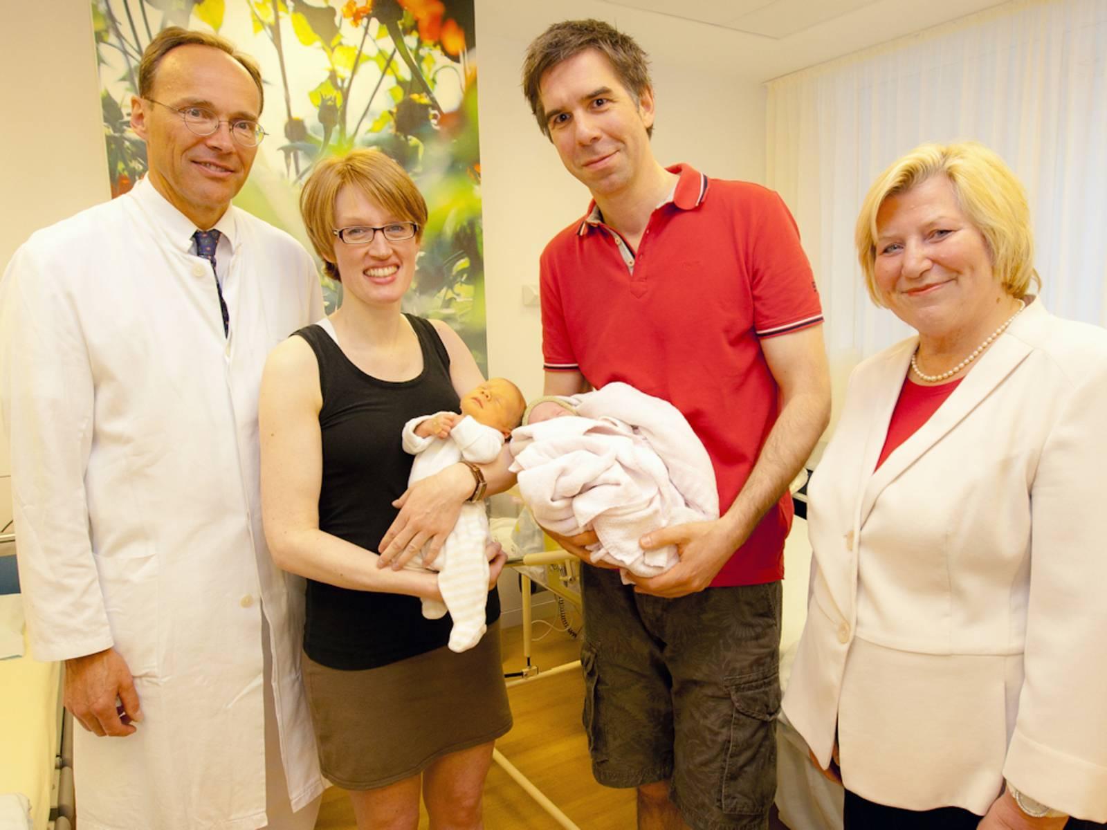 Zwei Männer und zwei Frauen mit zwei Säuglingen