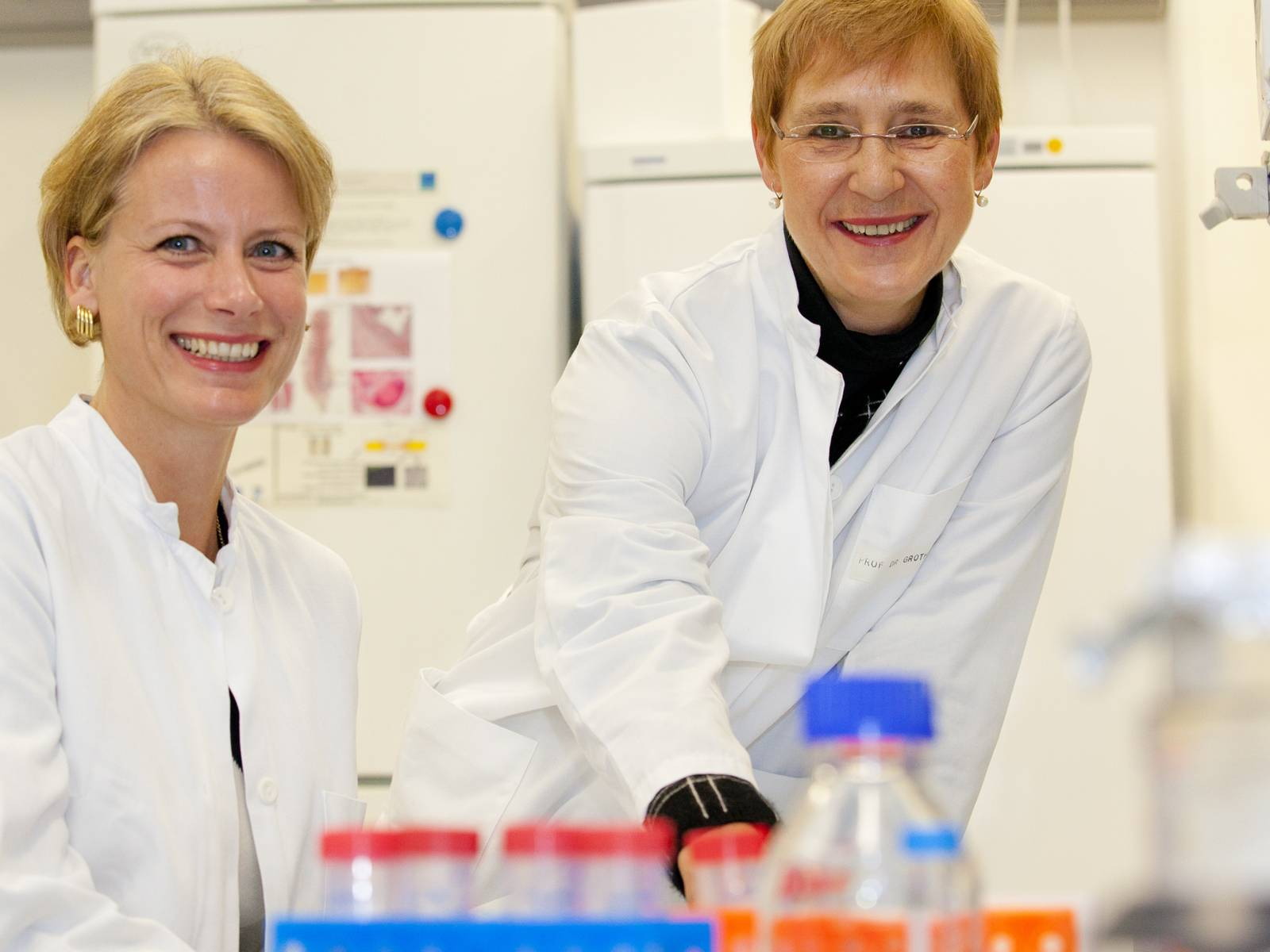 Zwei Frauen in weißen Kitteln