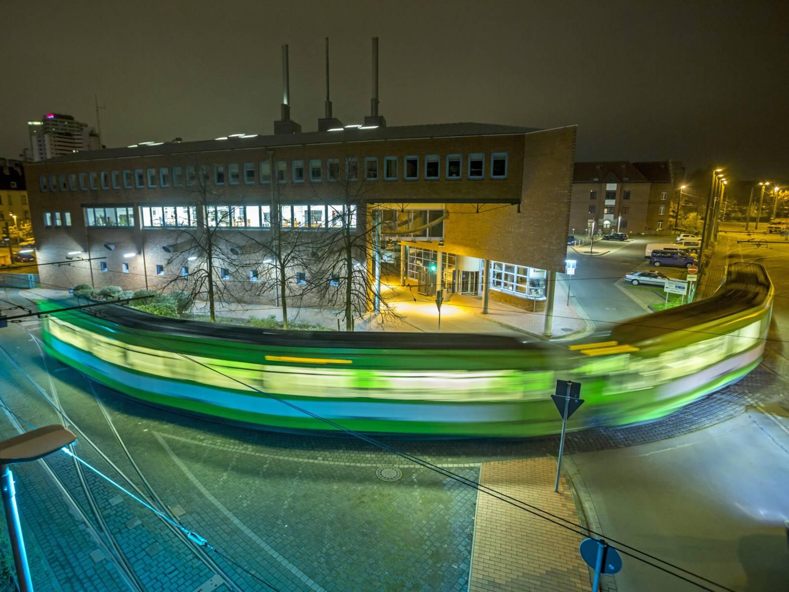 Straßenbahn bei Nacht