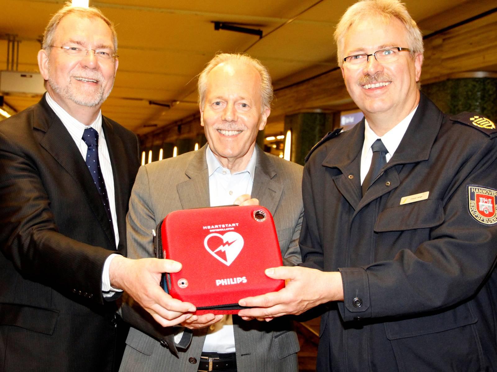 Drei Männer mit einem Gerät