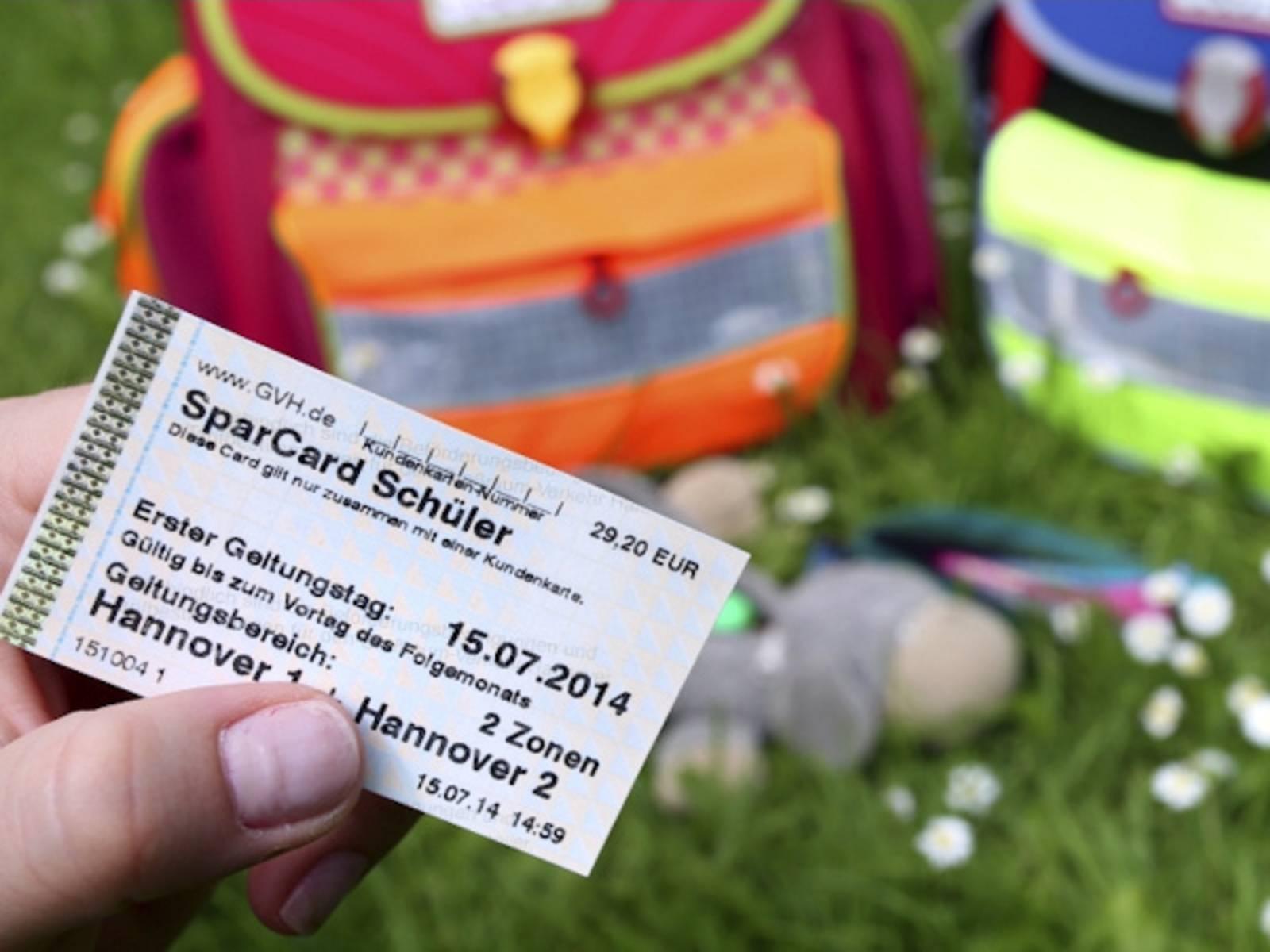 """Eine Hand hält einen Fahrschein mit der Aufschrift """"SparCard Schüler"""""""