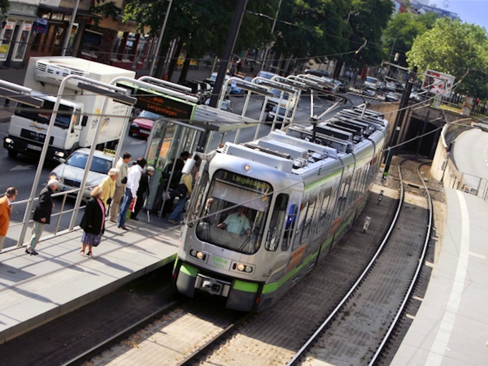 Stadtbahn an Haltestelle
