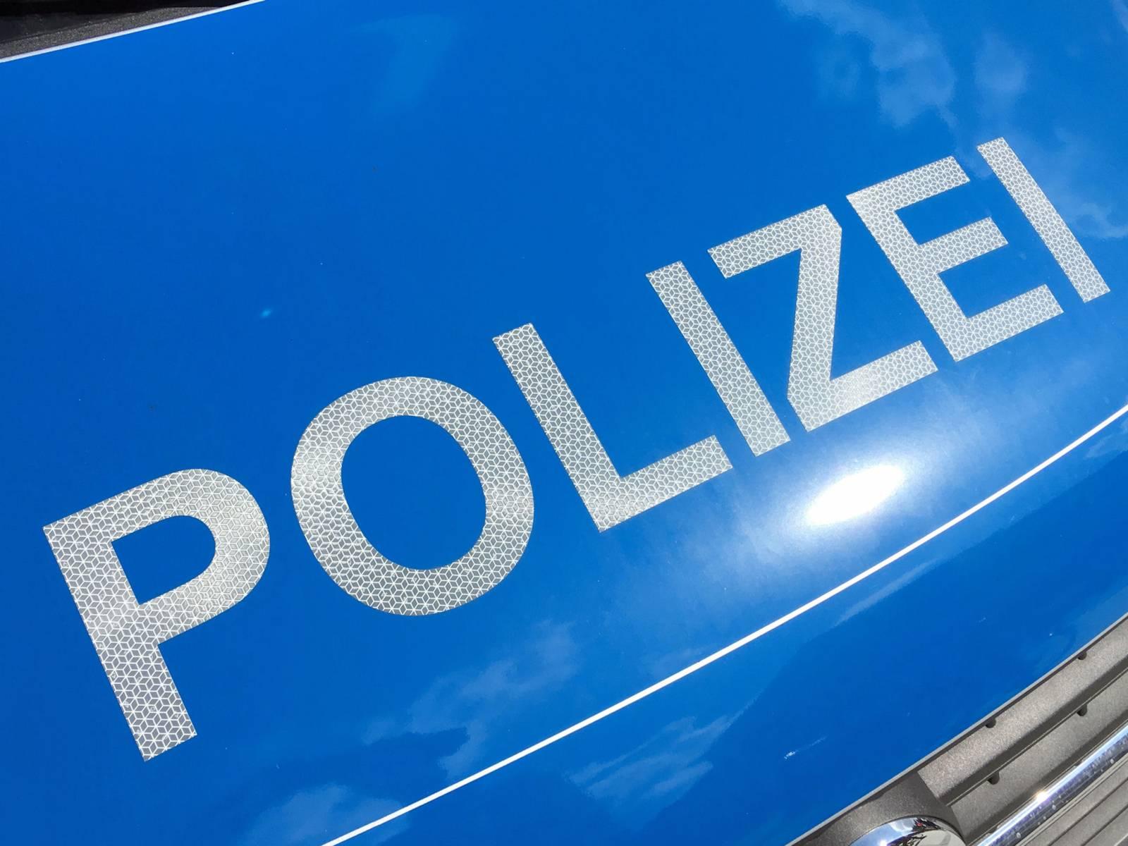 """Aufschrift """"Polizei"""" auf einem Polizeifahrzeug"""