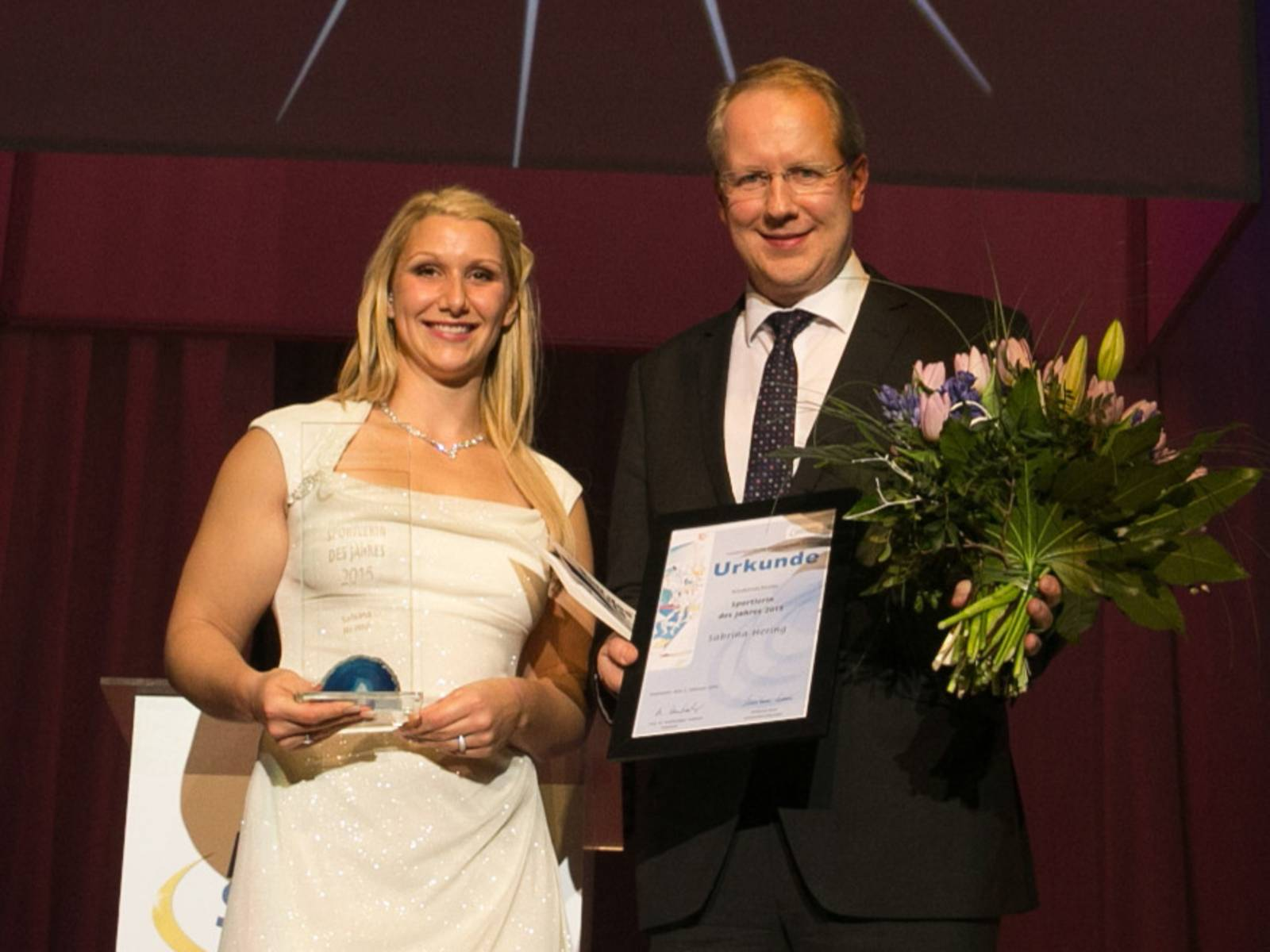 Sabrina Hering wird von Oberbürgermeister Stefan Schostok zu Niedersachsens Sportlerin des Jahres auszeichnet.