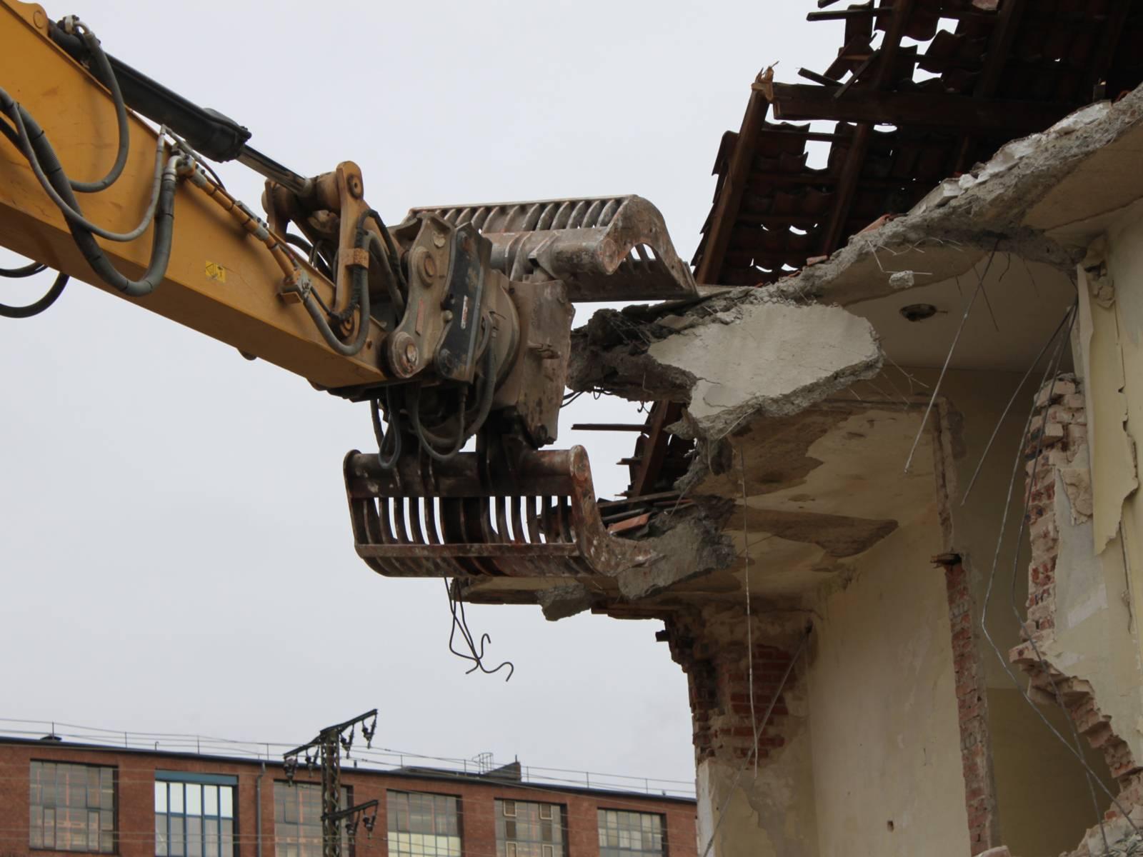 Bagger beim Abriss eines Gebäudes