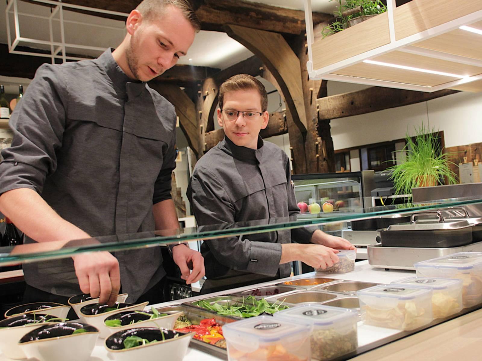 Zwei Männer kochen