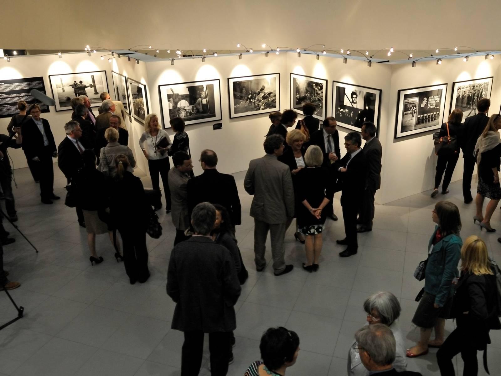 Viele Besucher bei einer Bilderausstellung
