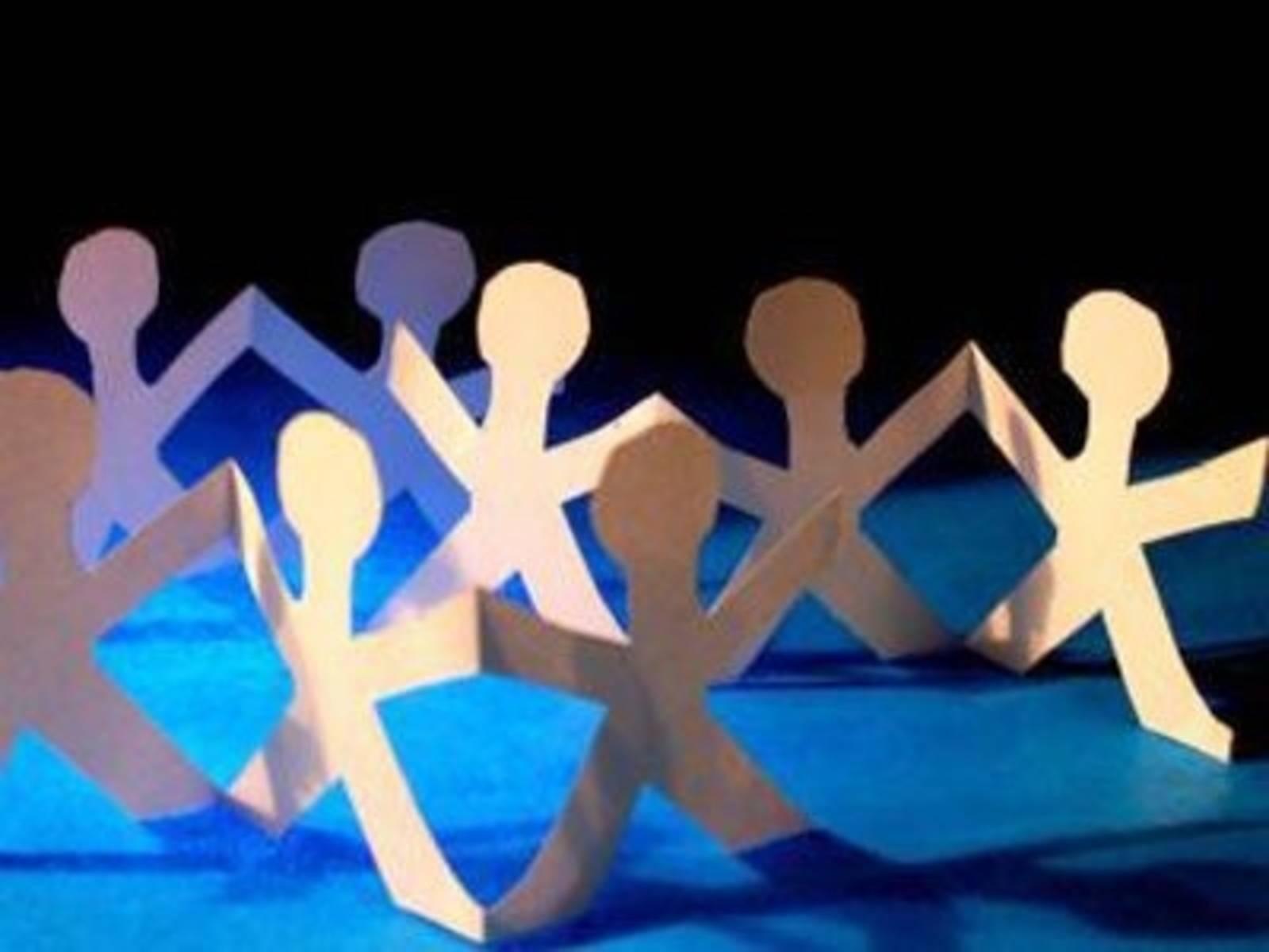 Eine Figurenkette aus Papier symbolisiert gemeinsames Handeln