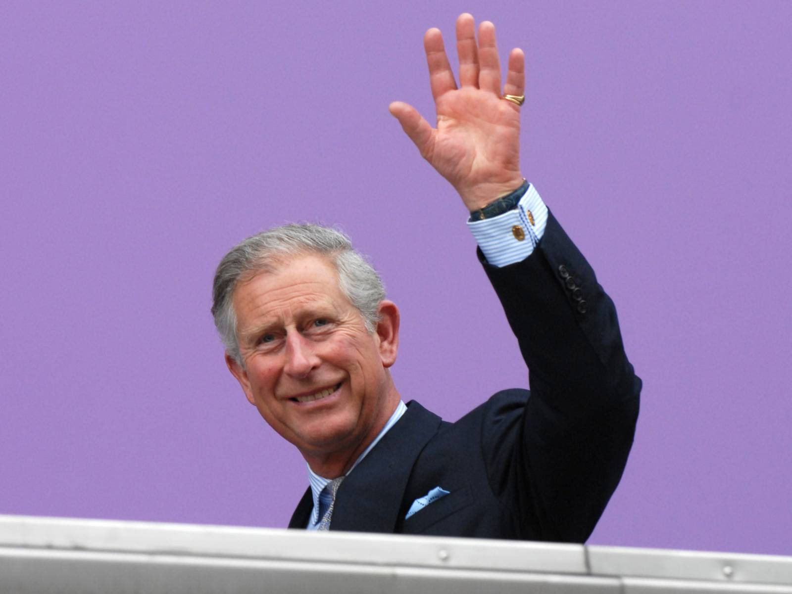 Prinz Charles winkt.