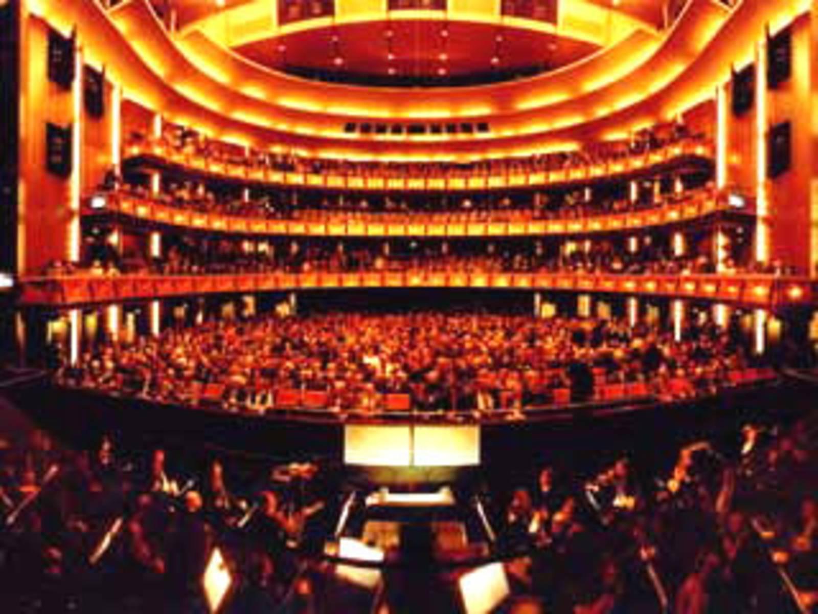 Innenansicht der Oper mit Blick von der Bühne auf das Orchester und das Publikum