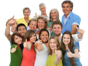 Gruppen von fröhlichen Menschen aller Alterklassen mit Daumen hoch