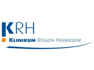 """In blauer Schrift die Buchstaben """"KRH"""", darunter ebenfalls in blauer Schrift """"Klinikum der Region Hannover."""