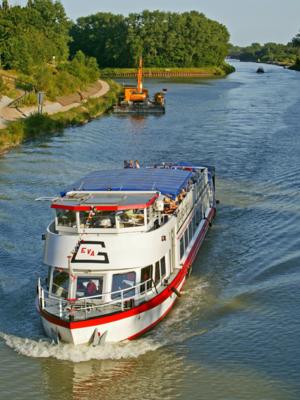 Ein Ausflugsschiff auf dem Mittellandkanal