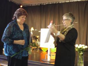 Ehrenpreisträgerin 2014 - Frau Bleidissel. Bezirksbürgermeisterin Schlienkamp überreichte der Ehrenpreisträgerin ihre Urkunde.