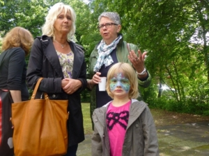 Auf dem Bild sind Ratsfrau Klebe-Politze mit Tochter und Bezirksbürgermeisterin Schlienkamp zu sehen.