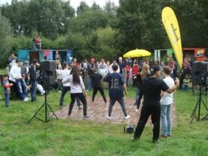 Aufführung einer Tanzgruppe bei der Einweihungsfete.