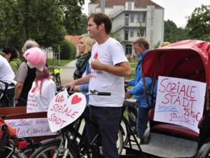 """Interesse an einer sozialen Stadt: Teilnehmer der HISS-Fahrradtour """"Soziale Stadt erfahren"""" am Kulturhaus Hainholz."""