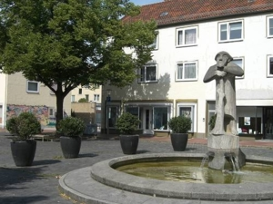 Foto vom Brunnen und umstehenden Häusern am Rübezahlplatz