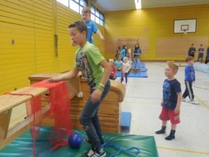 Sportunterricht der Schülerinnen und Schüler der IGS-Kronsberg mit den Kindergartenkindern.