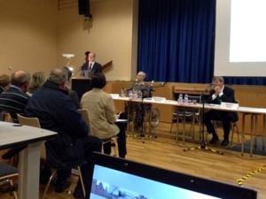 Am Podium steht Oberbürgermeister Schostok und berichtet über die Entwicklungen und Planungen im Stadtbezirk Misburg-Anderten. Rechts daneben sitzen v.l.n.r. Bezirksbürgermeister Dickneite und Stadtrat Härke am Tisch.