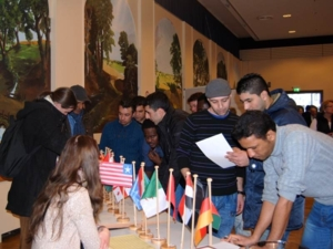 Besucher testeten ihr Wissen beim Flaggenquiz.