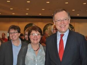 Ministerpräsident Stephan Weil (rechts), stellvertretende Bezirksbürgermeisterin Engelhardt (mitte) und Stadtbezirksmanagerin Ursula Herzog-Karschunke (links) beim Willkommensfest.