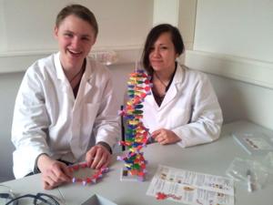"""Erster Labortag """"DNA entdecken"""", SchülerInnen der Helene-Lange-Schule"""