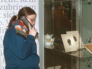 """Schüler in der Sonderausstellung """"Goethes Lotte"""" informieren sich mit dem """"Audioguide"""""""