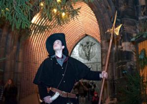 Der Nachtwächter läutet das Ende des Weihnachtsmarktes ein