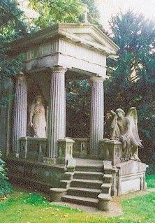 Aufwendiges historisches Grabmal, das einem kleinen griechischen Tempel nachempfunden ist