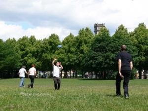 Zwei junge Männer beim Frisbee-Spiel im Georgengarten