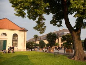Blick auf die Galerie und den Hof zwischen den Gebäuden