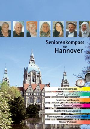 """Titelseite der Broschüre """"Seniorenkompass"""" mit Potraitfotos etlicher älterer Personen, im Hintergrund ein Foto des Neuen Rathauses"""